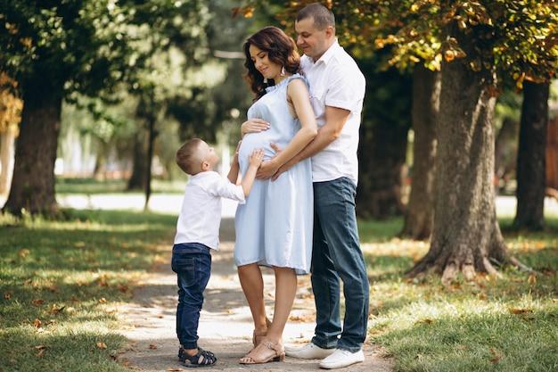 Marido con esposa embarazada y su hijo en el parque