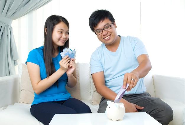Marido y mujer con concepto de finanzas familiares