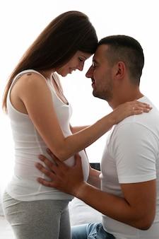 Marido y mujer esperando nuevo bebé
