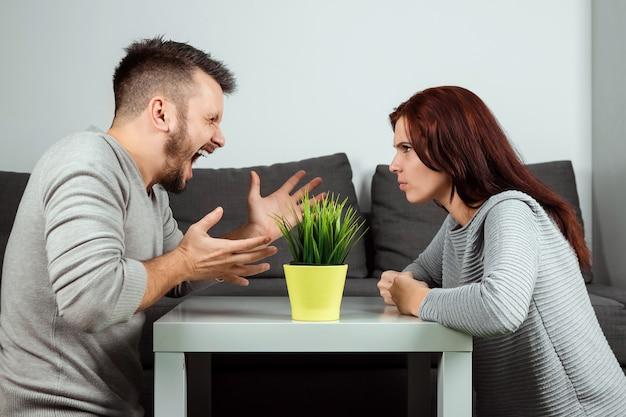 Marido y mujer gritan el uno al otro, primer plano