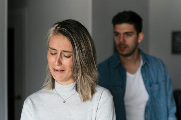 Marido y mujer peleando