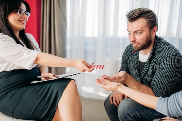 Marido y mujer en la recepción del psicólogo, estrés