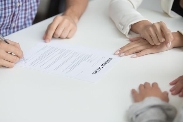 Marido que firma el decreto de divorcio que da permiso para la disolución del matrimonio, primer plano