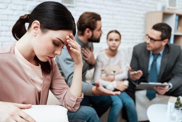 El marido se queja en la esposa en la oficina de psicólogo