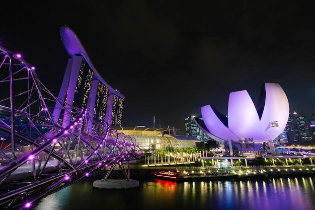 Marina bay en escena nocturna