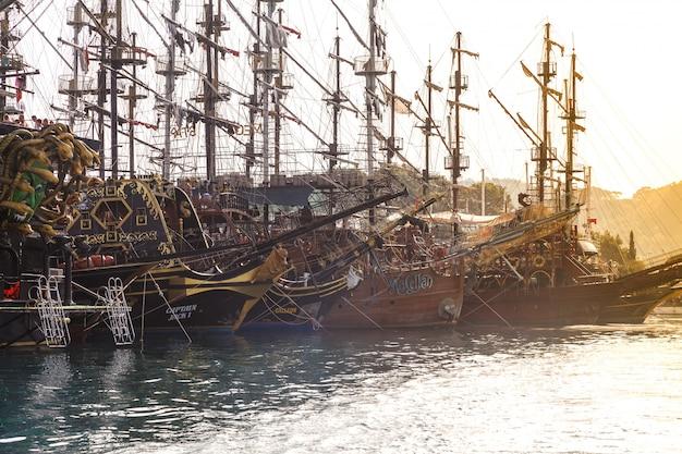 Marina con excursiones de placer a barcos piratas.