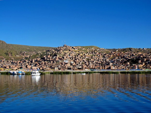 La marina en puno en el lago titicaca en los andes, perú