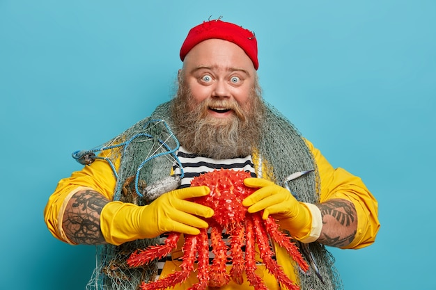 Marinero macho barbudo obeso wiith red de pesca