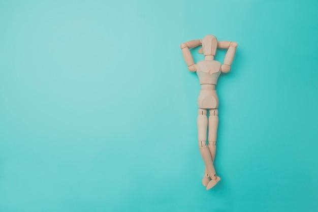 Marioneta de madera apunta a un lado con su mano