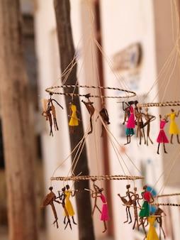 Marionetas suspendidas en exhibición en lamu town, kenya áfrica
