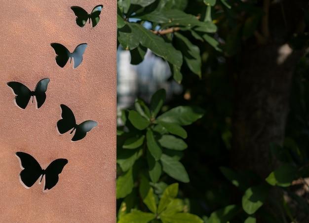 Mariposa en metal. placa de hierro fundido con forma artística de mantequilla