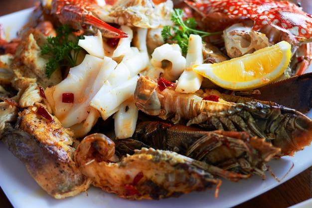 El marisco en un plato grande incluye camarones