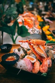 Mariscos con camarones, cangrejos, mariscos y pescado en el mercado de pescado de taipei, taiwán