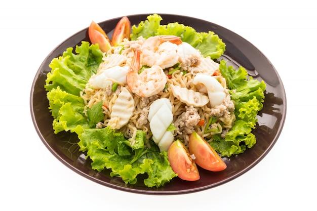Mariscos ensalada de fideos picante al estilo tailandés.