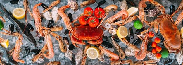 Mariscos en el hielo. cangrejos, esturión, mariscos, camarones, rapana, dorado, sobre hielo blanco.