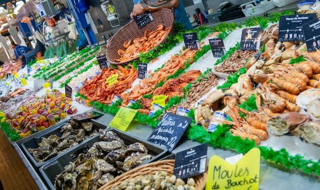 Mariscos en hielo en el mercado de pescado, francia