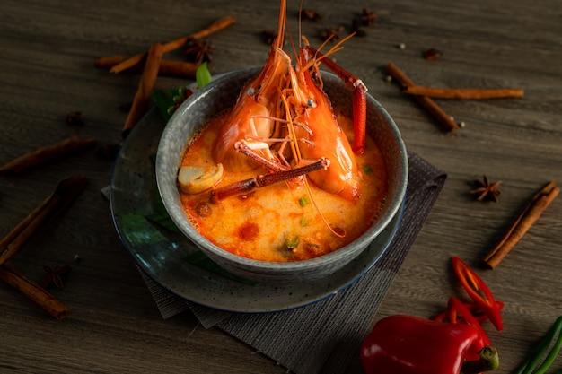 Mariscos picantes y harb tailandés.