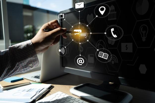 Marketing digital nuevo proyecto de inicio millennials manos del equipo empresarial en el trabajo con informes financieros y una computadora portátil