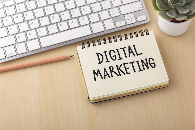 Marketing digital en la superficie del escritorio de madera