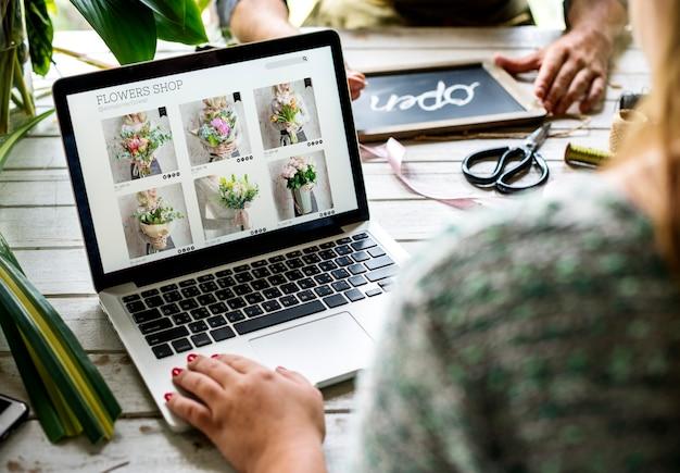 El marketing de florería de e-business promueve en las redes sociales