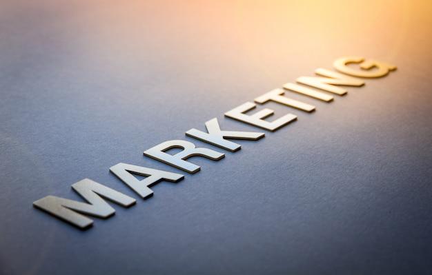 Marketing de palabras escrito con letras sólidas blancas