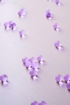 Mármoles dispersos púrpuras en blanco