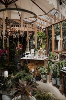 Marquesina con mesas y plantas.