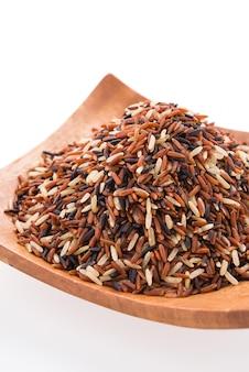 Marrón del arroz aislado en el fondo blanco