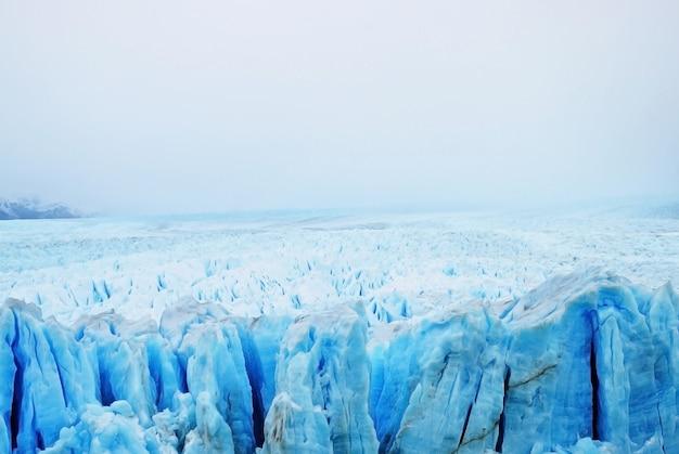 Marrón montaña rocosa bajo cielo gris naturaleza foto