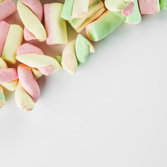 Marshmallow en la esquina de fondo blanco