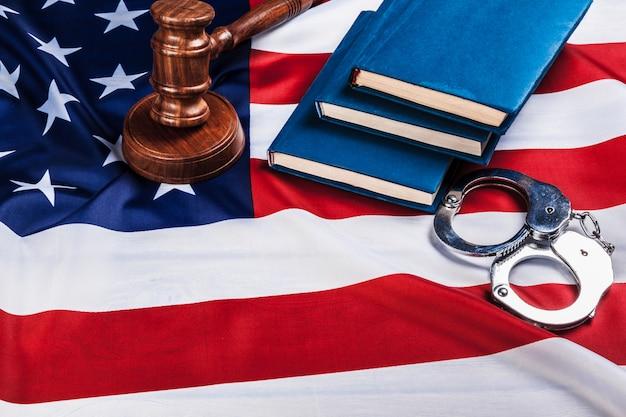 Martillo, esposas y bandera americana