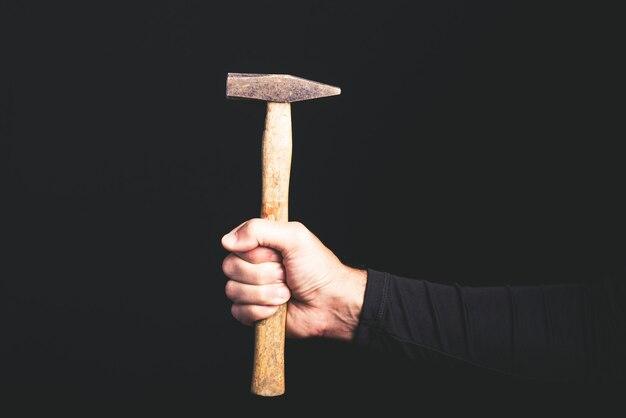 Martillo - herramientas en una mano de hombre - servicio de mantenimiento