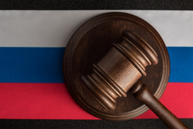 Martillo de jueces y bandera de la federación de rusia. ley y justicia. ley constitucional