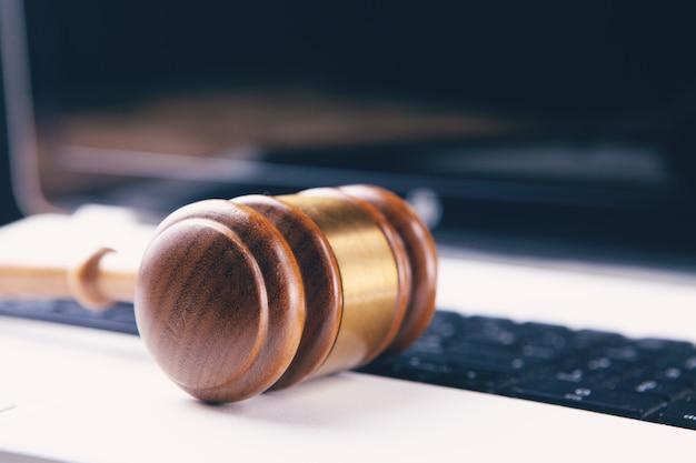 Martillo del juez en la computadora portátil. ciberdelito
