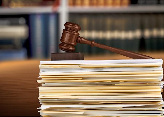 Martillo de juez y documentos sobre antecedentes