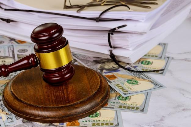 Martillo de juez de escritorio de abogados de justicia, documento de ley de trabajo de la oficina de abogados