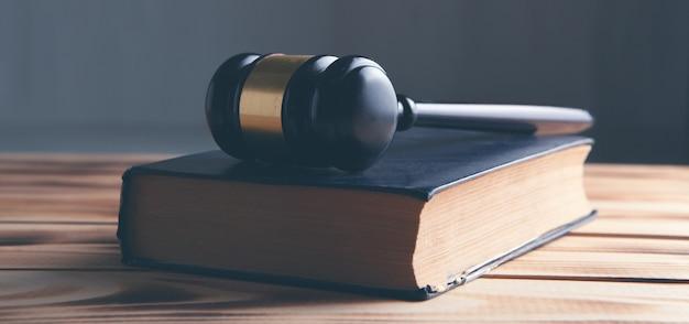 El martillo del juez en el libro