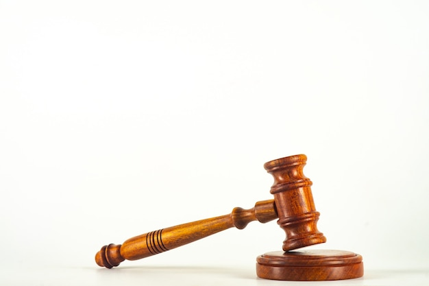 Un martillo de juez de madera y caja de resonancia aislado sobre fondo blanco en perspectiva