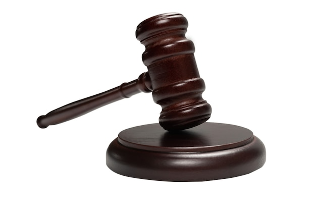 Martillo de juez de madera y caja de resonancia aislado sobre un fondo blanco. sistema de justicia de derecho conceptual.