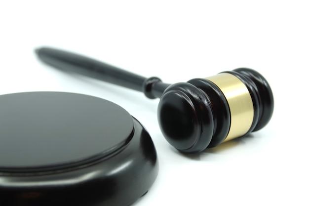 Martillo de juez sobre un fondo blanco concepto de justicia concepto de derecho y legalidad de la justicia