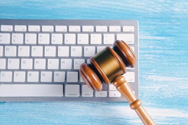 Martillo del juez en el teclado