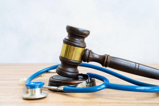 Martillo de ley con estetoscopio, concepto de derecho médico