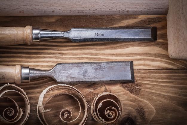 Martillo de madera cinceles planos planificación astillas sobre tablero de madera vintage