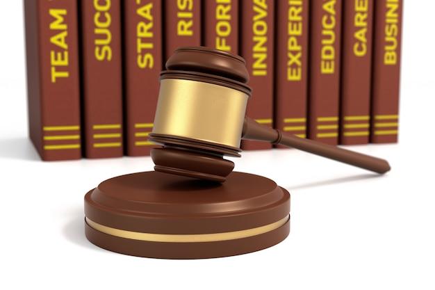 Martillo de madera y libros sobre fondo blanco, concepto de derecho