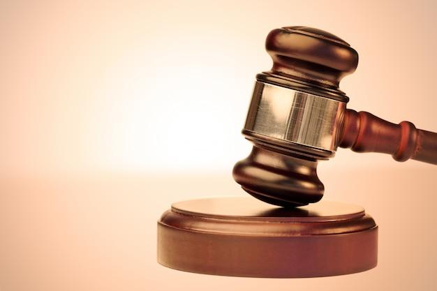 Martillo marrón y escala de la justicia