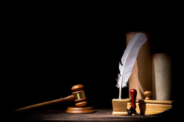 Martillo martillo de juez de madera, antiguo tintero con pluma, pluma secante, sello cerca de pergaminos