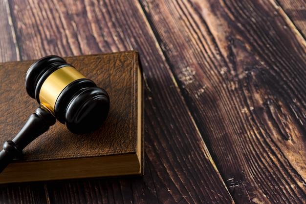 Martillo en mesa de madera