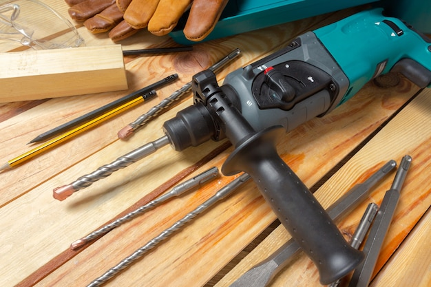 Martillo perforador eléctrico se encuentra en una mesa de madera