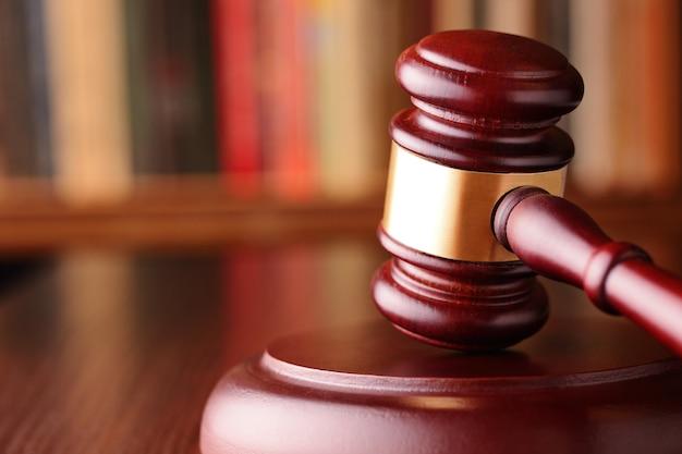 Martillo, símbolo de decisiones judiciales y justicia.