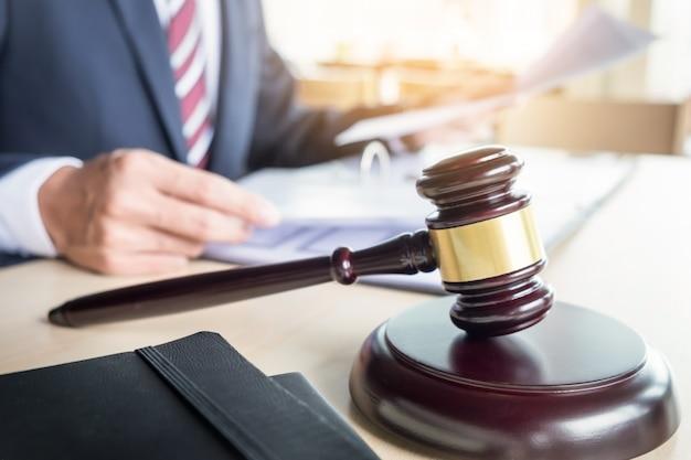 Martillo y soundblock para la ley de justicia y abogado de trabajo sobre fondo de escritorio de madera